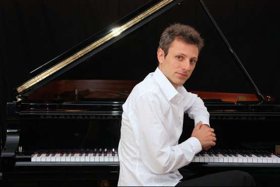 French Pianist Maxime Zecchini Single Handedly Plays Recital