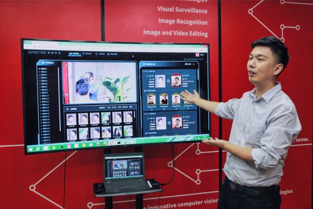 photo dr xu li introducing product